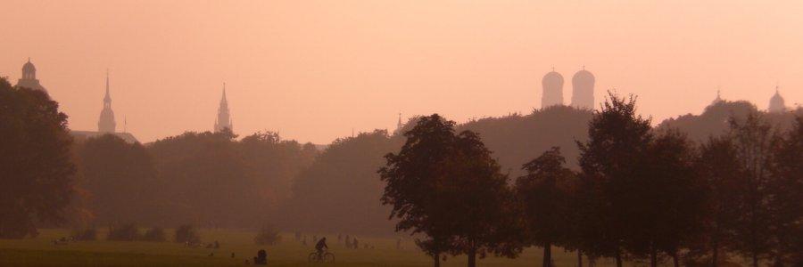 Englischer Garten im Nebel mit Frauenkirche