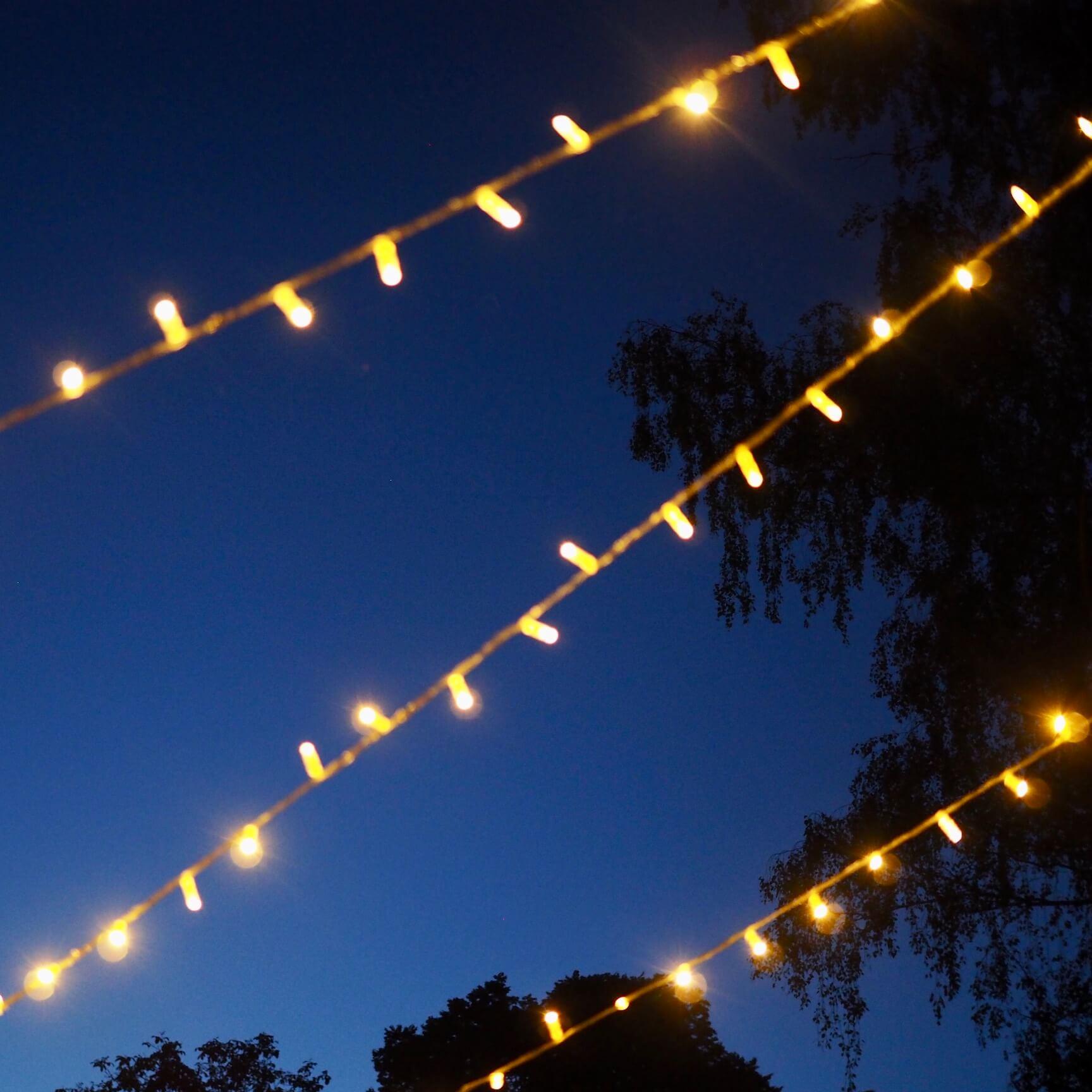 Lichterketten im Abendhimmel