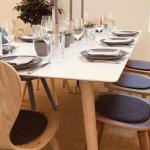 Scandi Tisch mit modernen Bauernstühlen