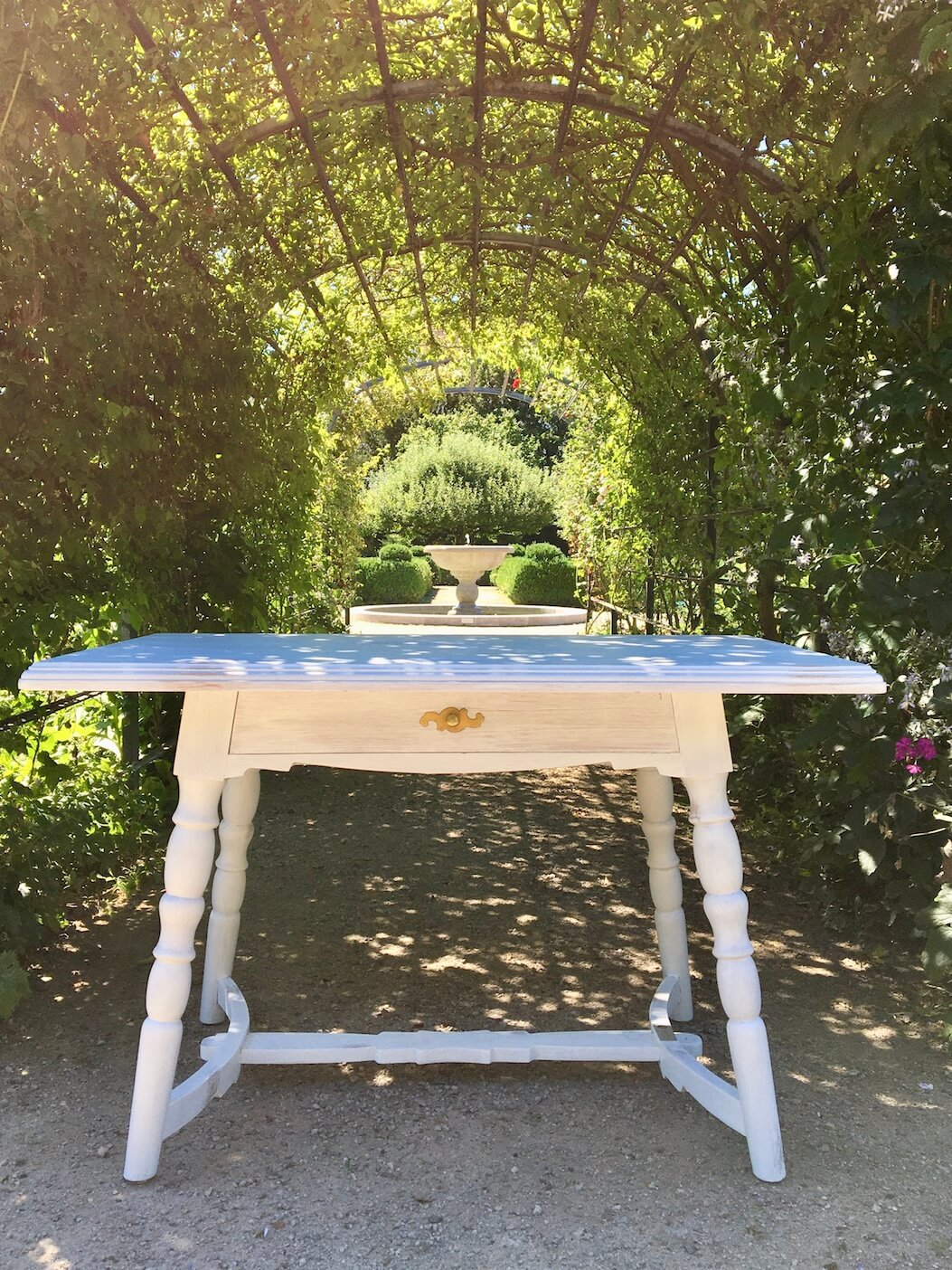 Vinatege Tisch im Garten für freie Trauung