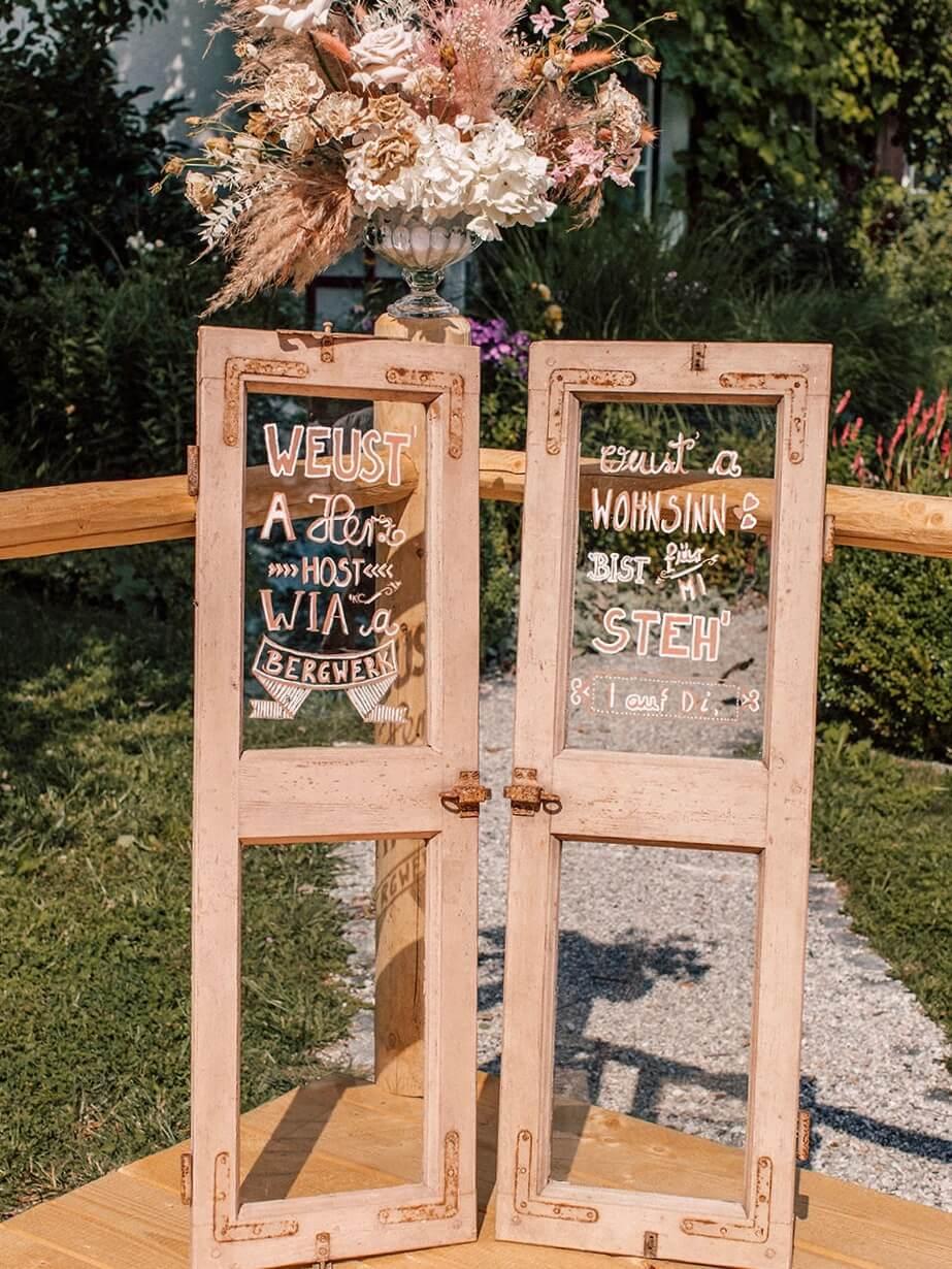Antike Fenster als Hochzeitsdeko