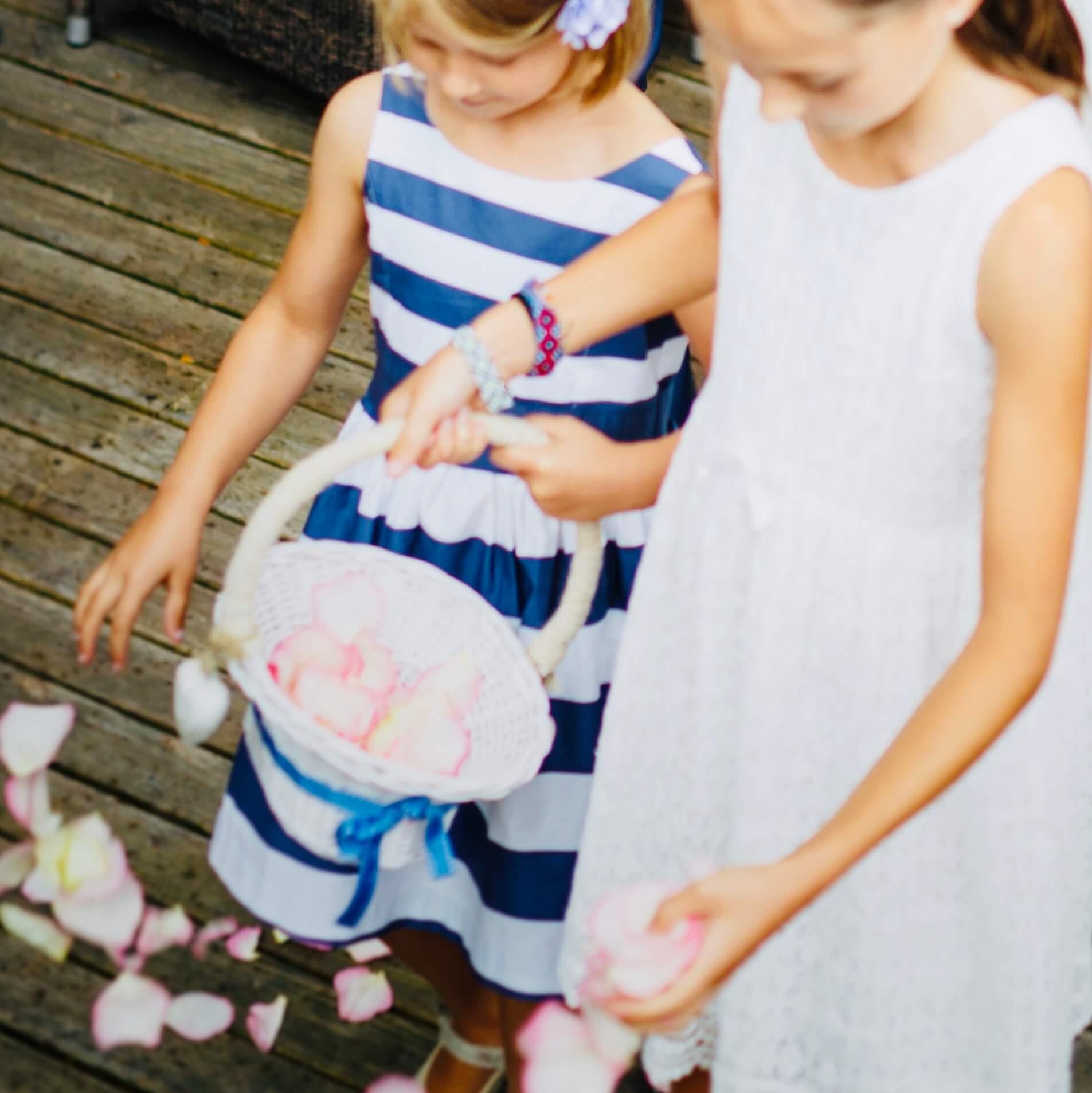 Blumenkinder streuen Rosenblätter