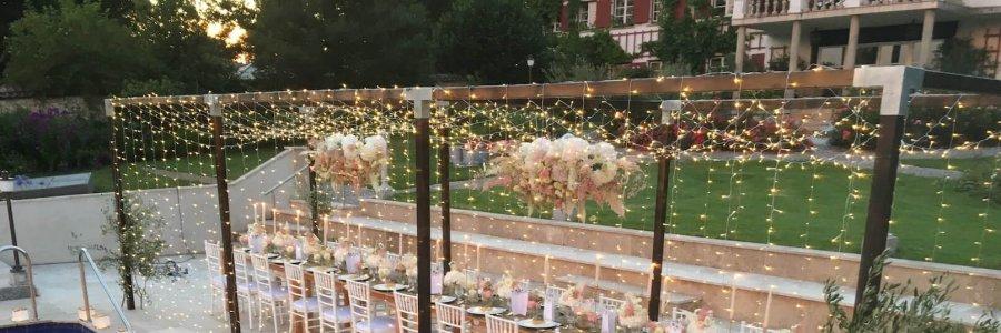 Holzkonstruktion für Hochzeitstafel mit Lichterhimmel
