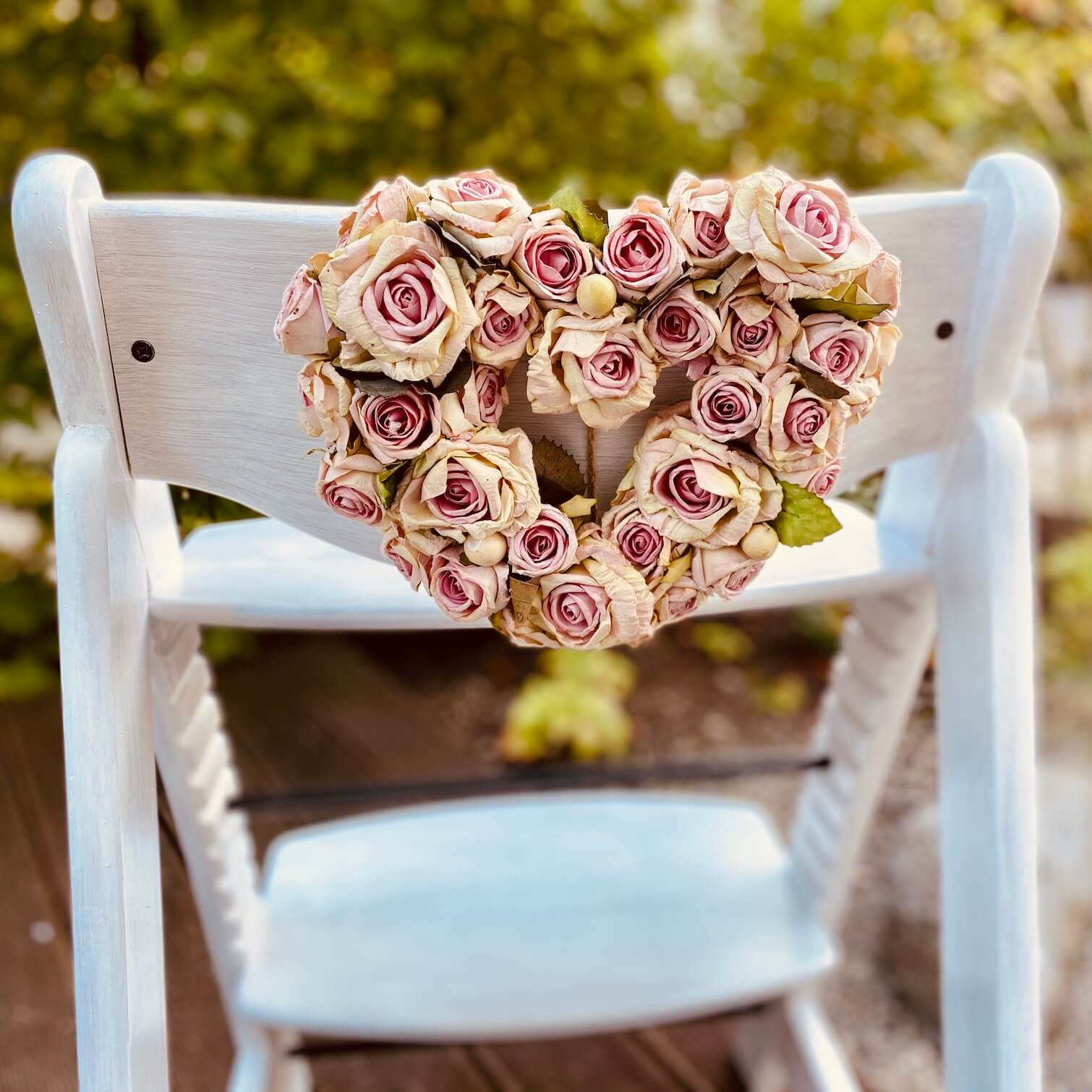 Kinderstuhl Hochstuhl dekoriert für Hochzeit mit Rosenherz