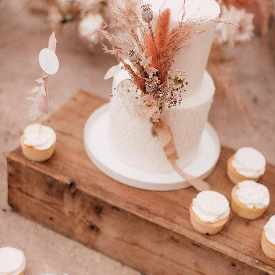 Vintage Holzkiste dekoriert mit Sweets und Hochzeitstorte