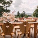 Rüstig Wedding mit Bauernstühlen, Trockenblumen und Blush