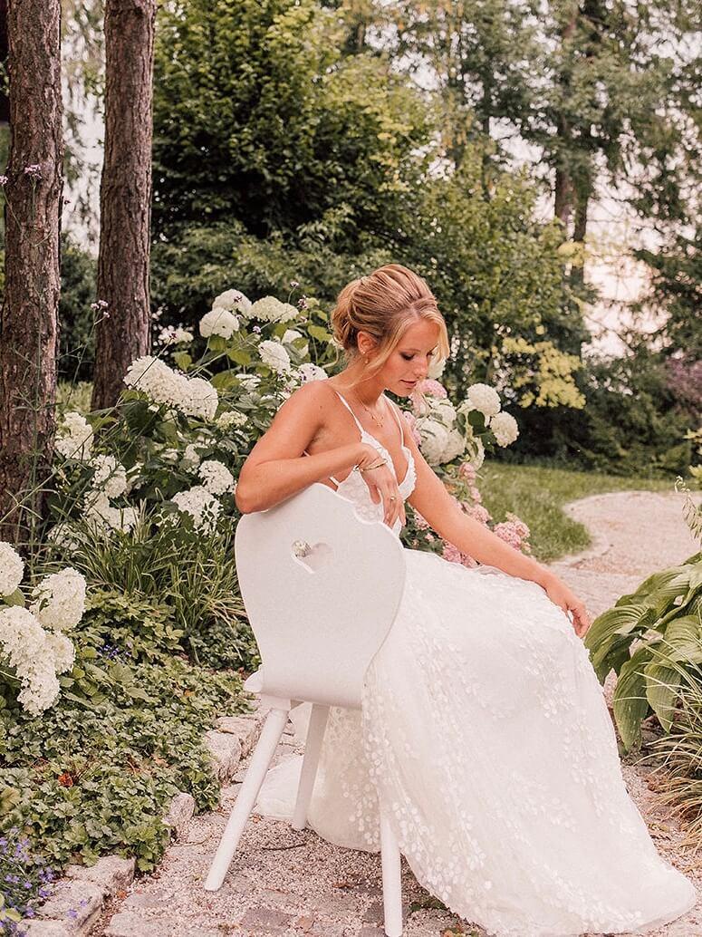 Braut auf weißem Brautstuhl mit Herz