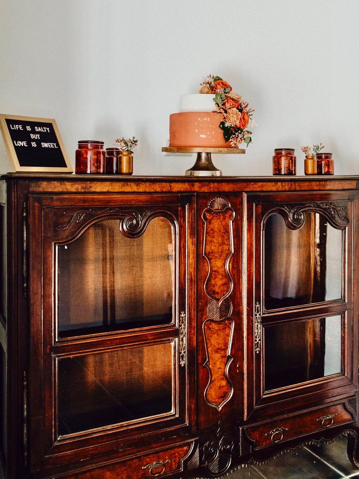 Torte mit Letterboard und Vintagedeko