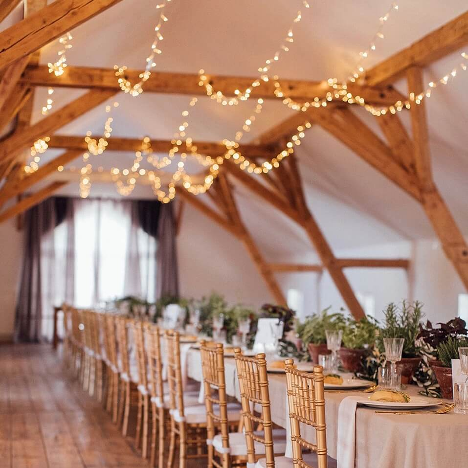 Goldene Tiffany Stühle an italienischer Hochzeitstafel