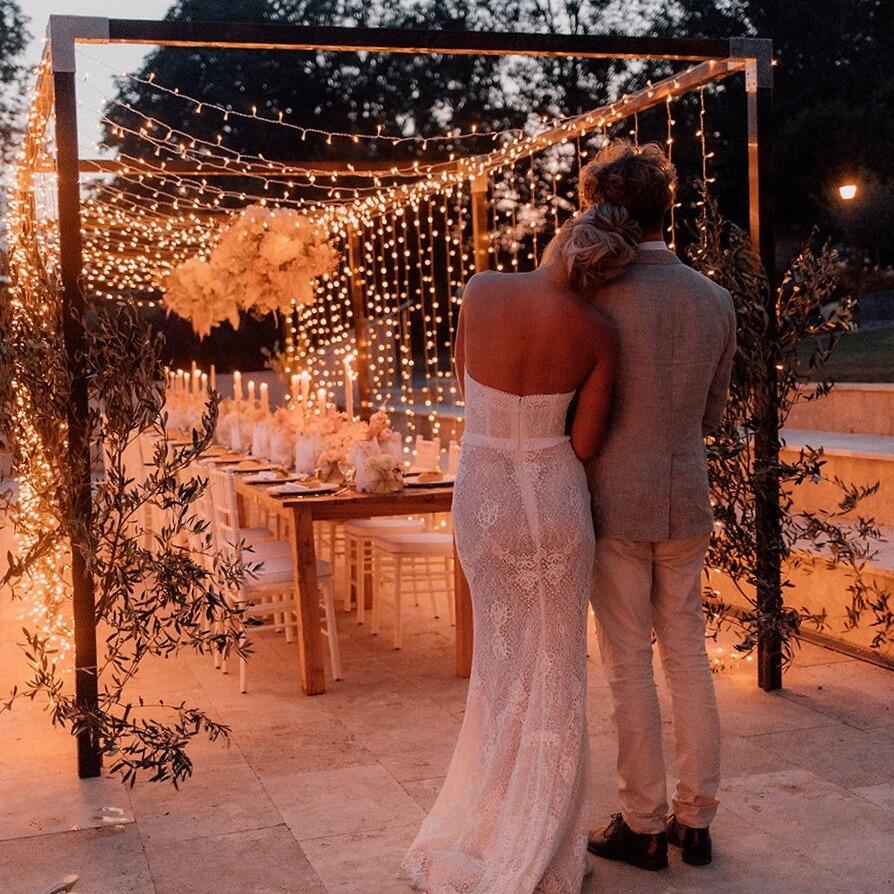 Brautpaar vor Lichterhimmel und Hochzeitstafel bei SÜSSHOLZ