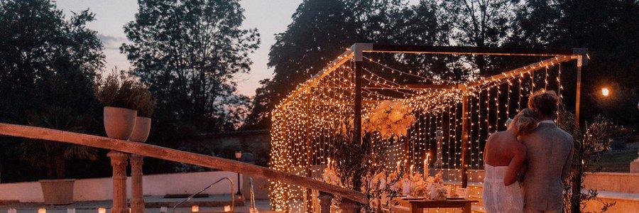 Brautpaar vor Hochzeitstafel im Garten