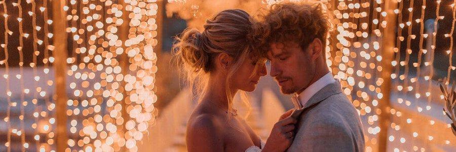 Romantisches Brautpaar vor Lichtermeer