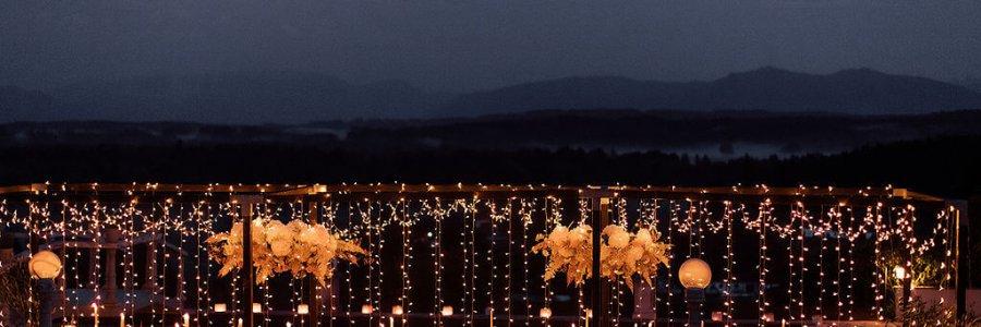 Lichterhimmel im Dunkeln bei Gartenfest