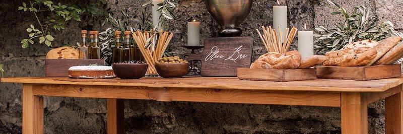 Hochzeitstrends Olivenbar auf Holztisch mit Oliven