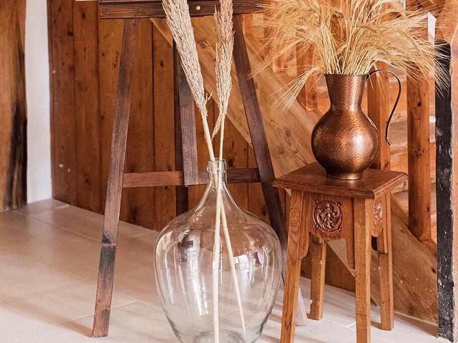 Vintage Beistelltisch mit Weinballon und Pampasgras