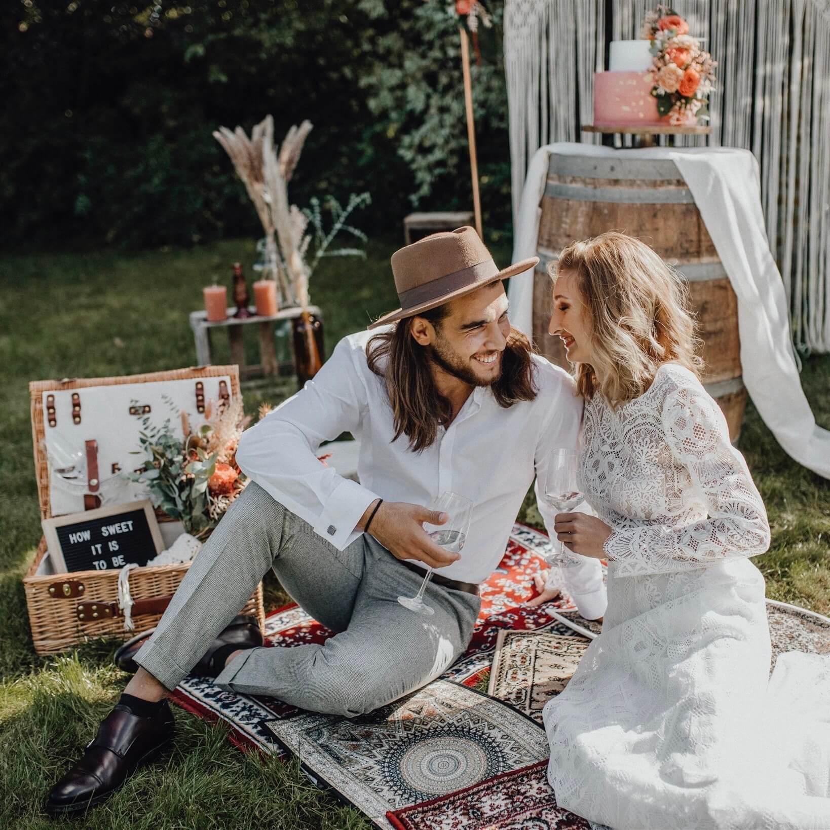 Brautpaar bei Picknick im Vintagelook