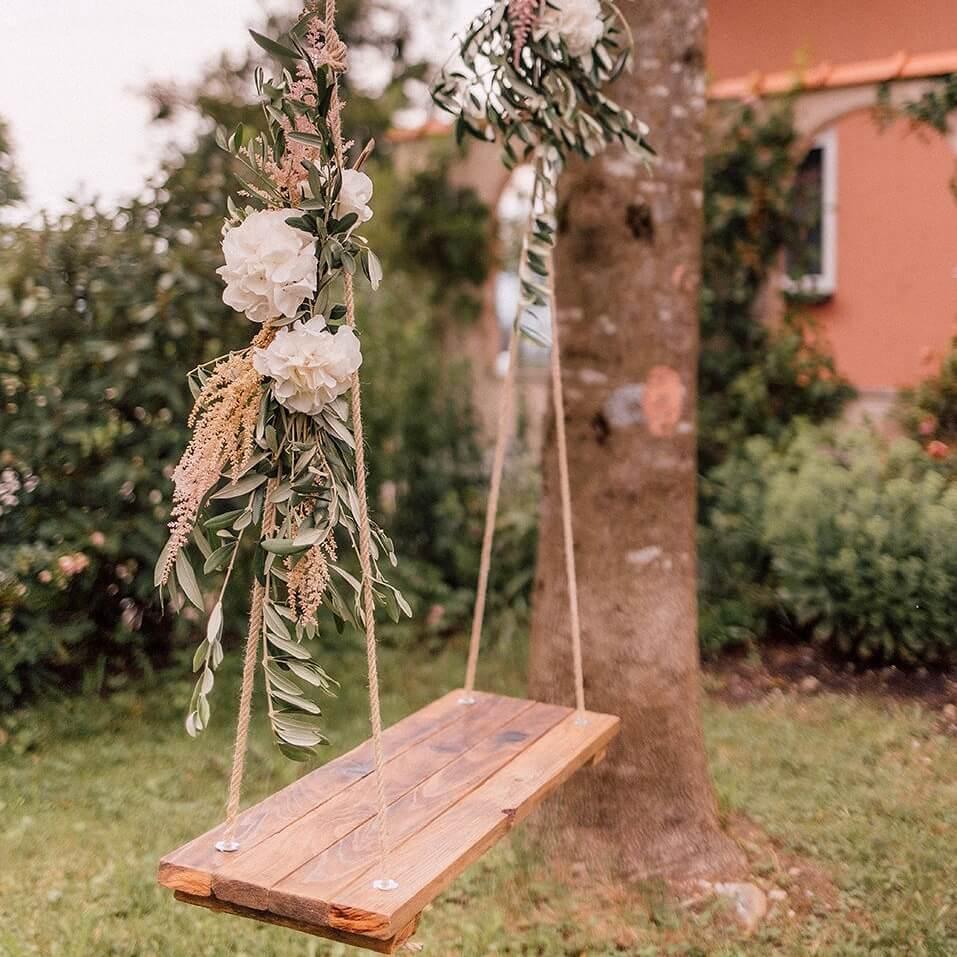 Vintage Schaukel mit Blumendeko für Hochzeit