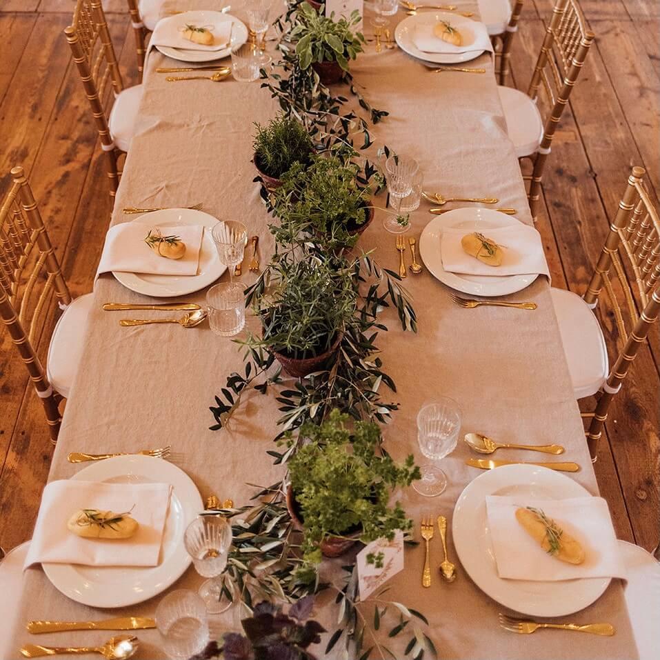Hochzeitstafel mit goldenen Chiavari und Leinentischdecke