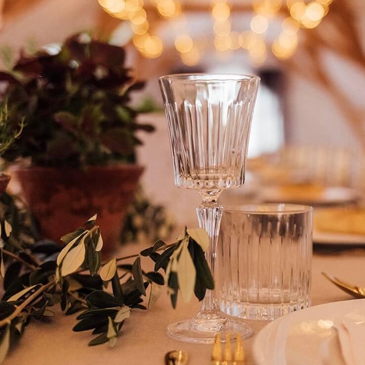 Kristallgläser auf Hochzeitstafel
