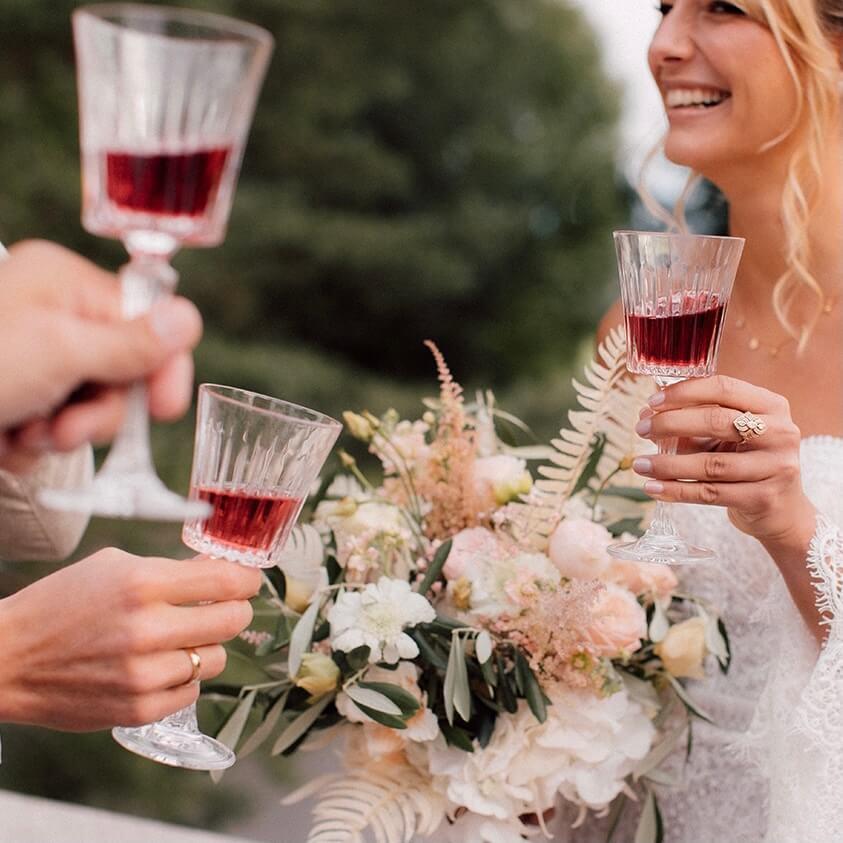 Kristallgläser beim anstoßen mit Braut