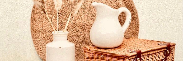 Jute Teppich mit Vasen und Pampasgras und Bastkoffer