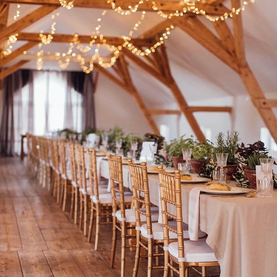 Hochzeitstafel mit goldenen Chiavaris und Kräutertöpfen