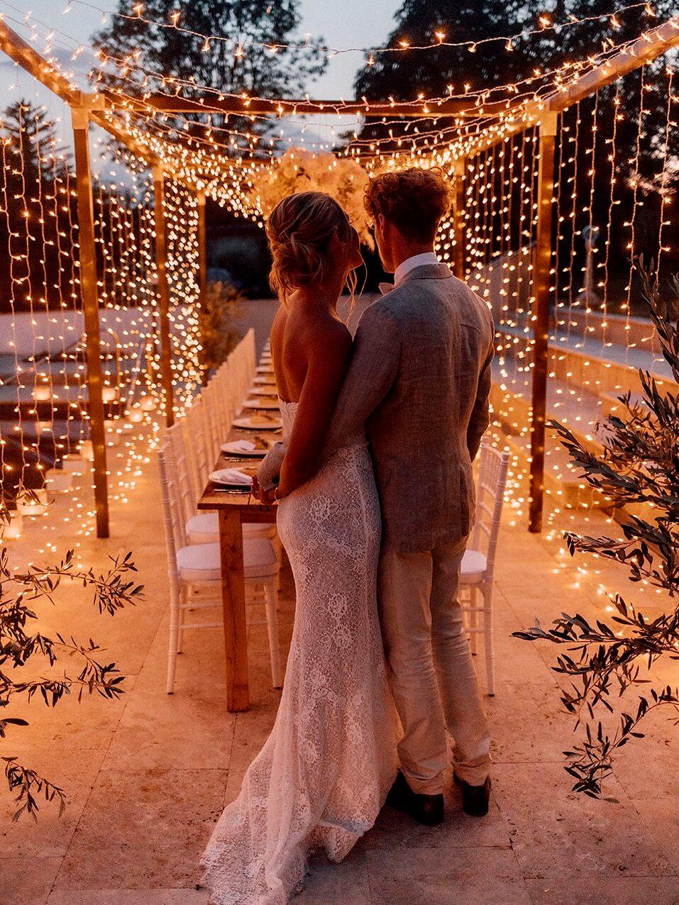 Sternenhimmel aus Lichterketten mit Dinner Frame und Brautpaar