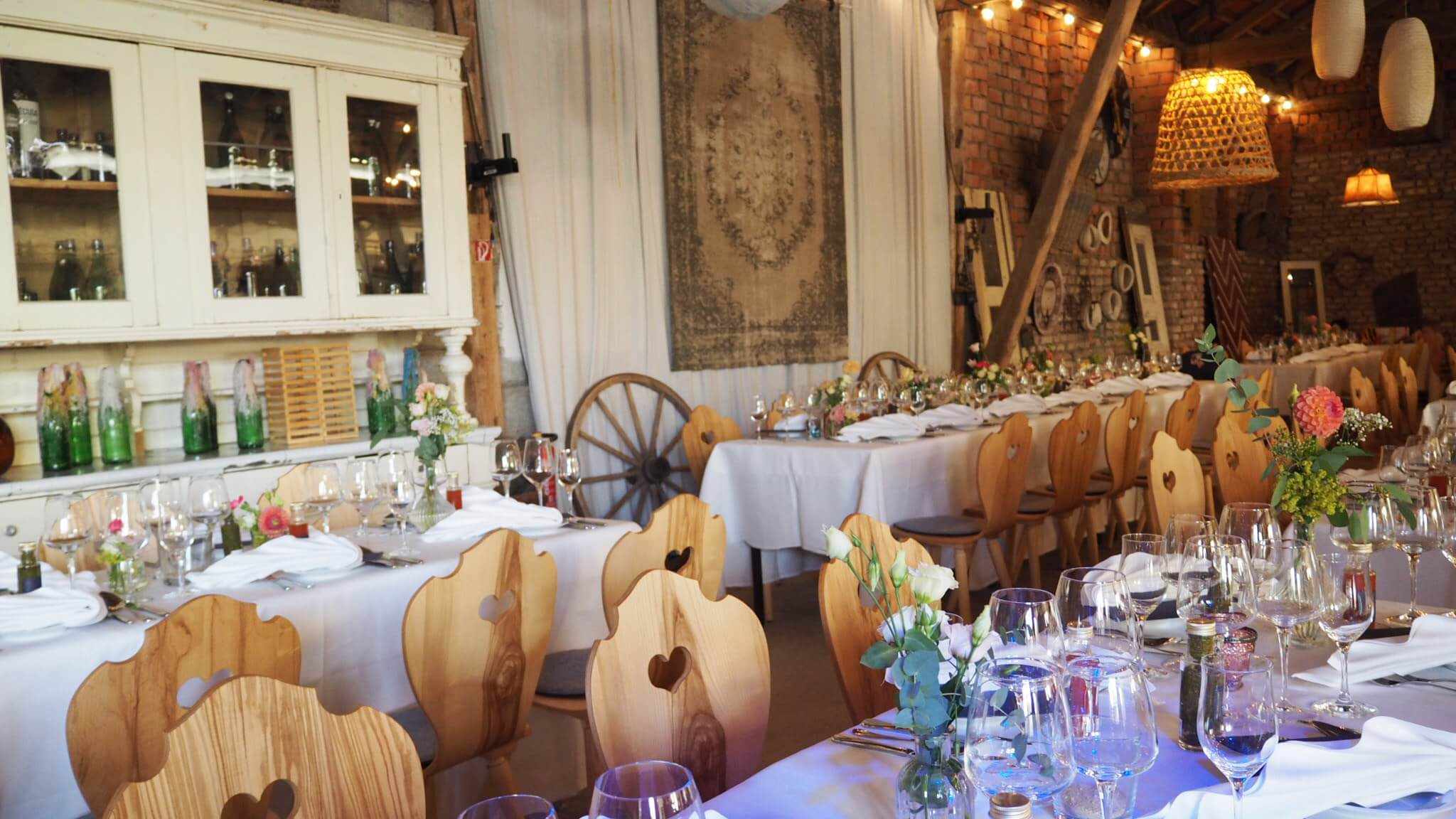 Hochzeit mit modernen Bauernstühlen im Stanglwirt Stadlhochzeit