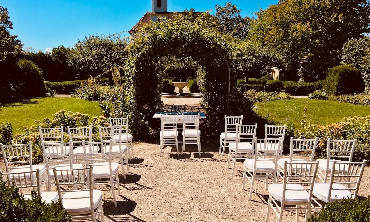 weiße Chiavari Stühlen bei Standesamtlicher Trauung im Schloßgarten