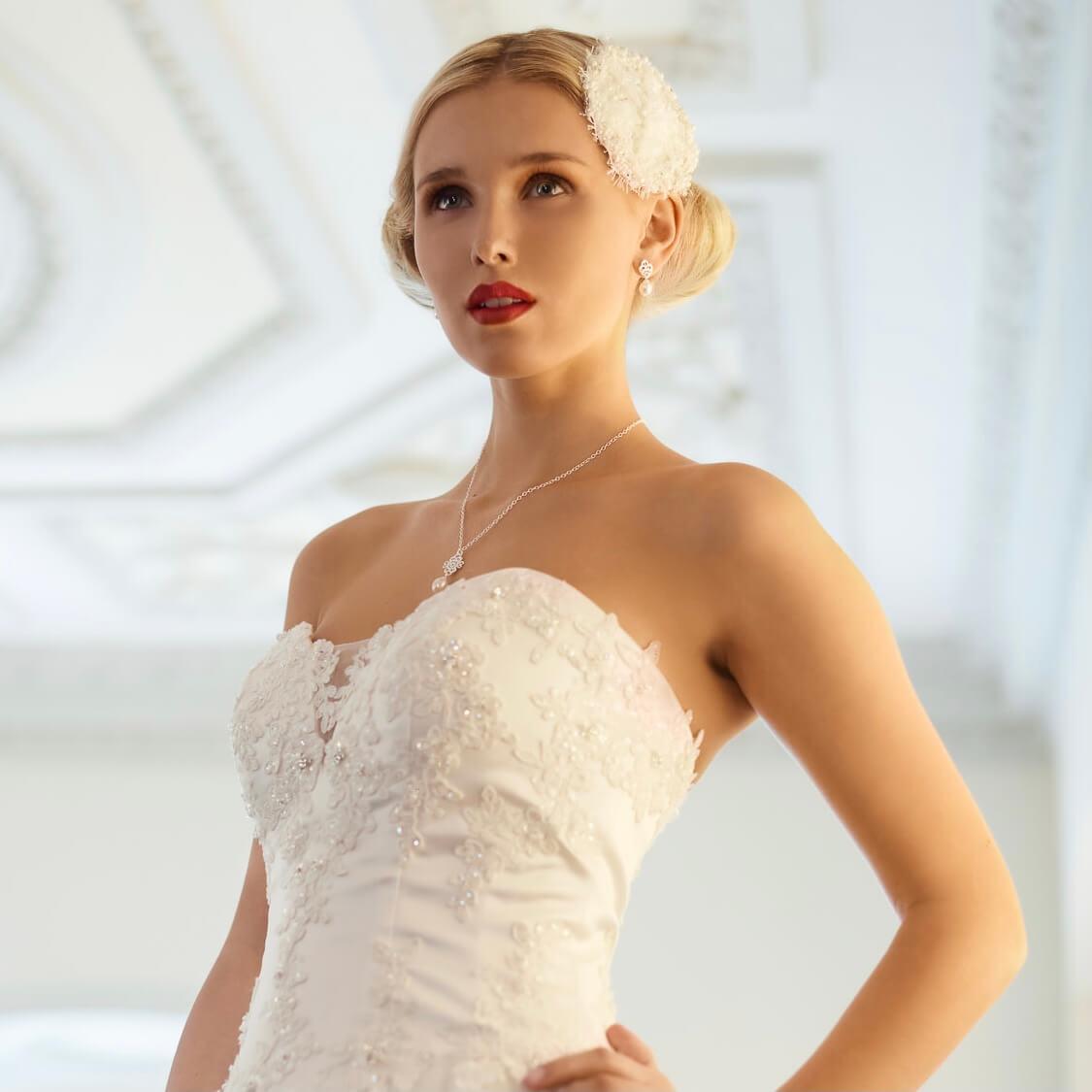 Modell im Brautkleid im 20er Jahre Look