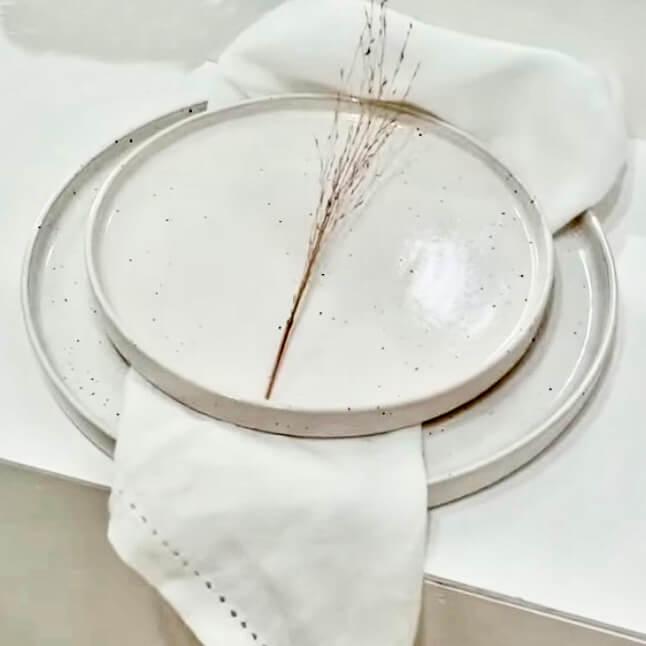 Weiße Servietten mit Tellern und Trockenblumen im Verleih