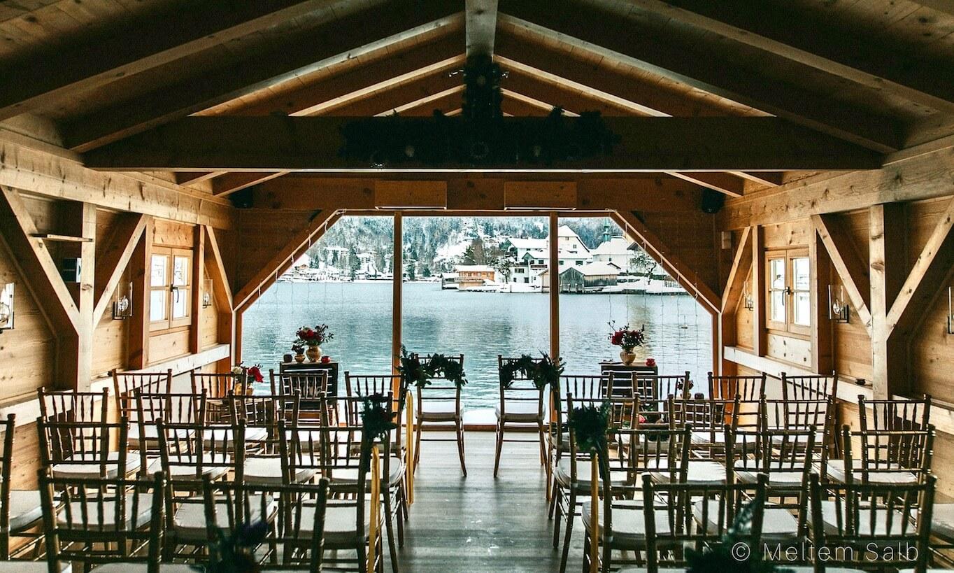 Hochzeit im Bootshaus am Tegernseer mit Goldenen Tiffany Stühlen