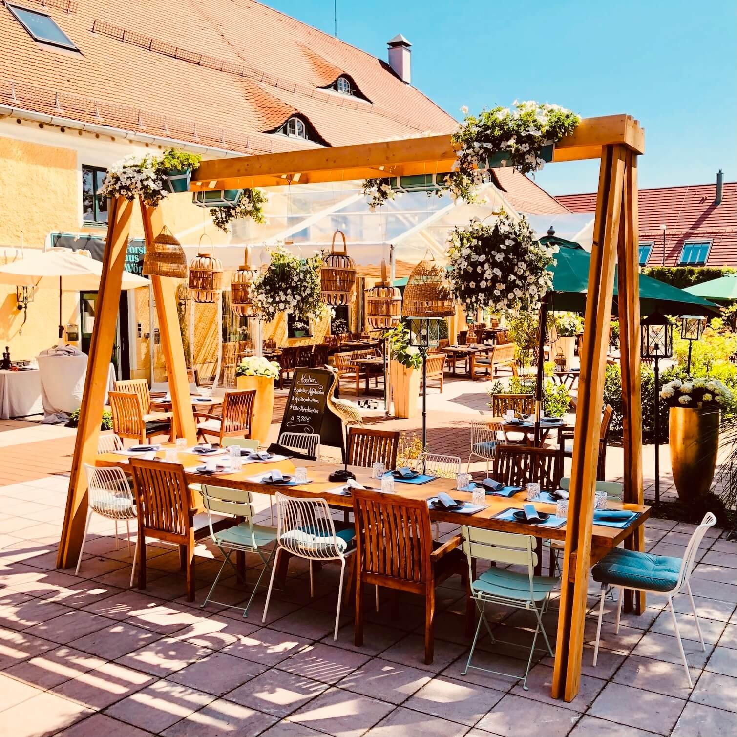 Dinnerframe über Gartentisch im Biergarten Wörnbrunn