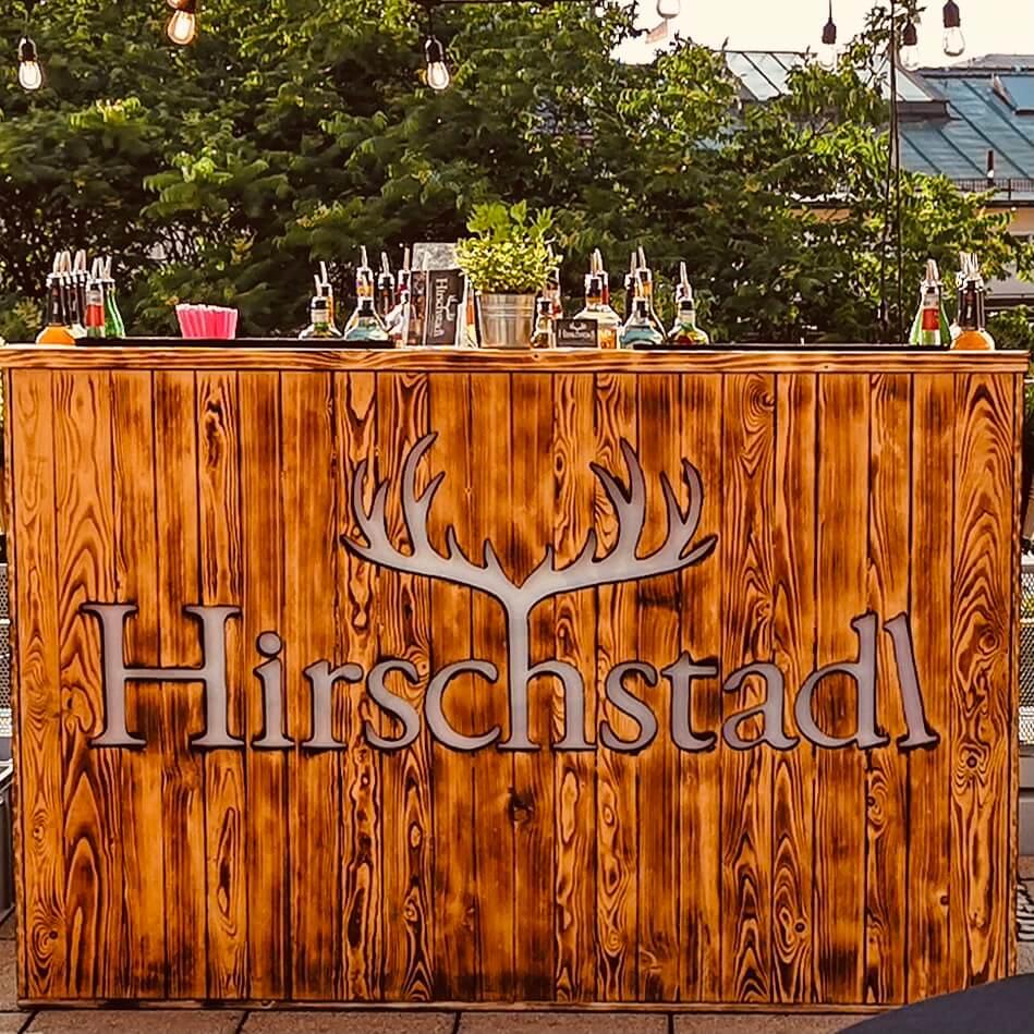 Hirschstadl Cocktailbar aus Holz bei Gartenparty