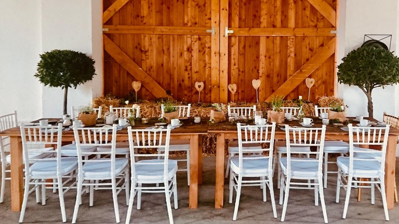 Festliche Tafel mit Chiavai Stühlen bei Scheunenhochzeit