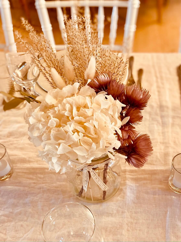 Weckglas mit Trockenblumen auf Tisch dekoriert