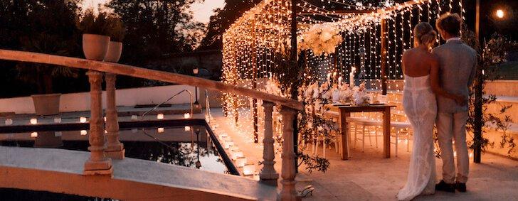 Dinner Frame mit Lichterhimmel über Tafel mit Brautpaar