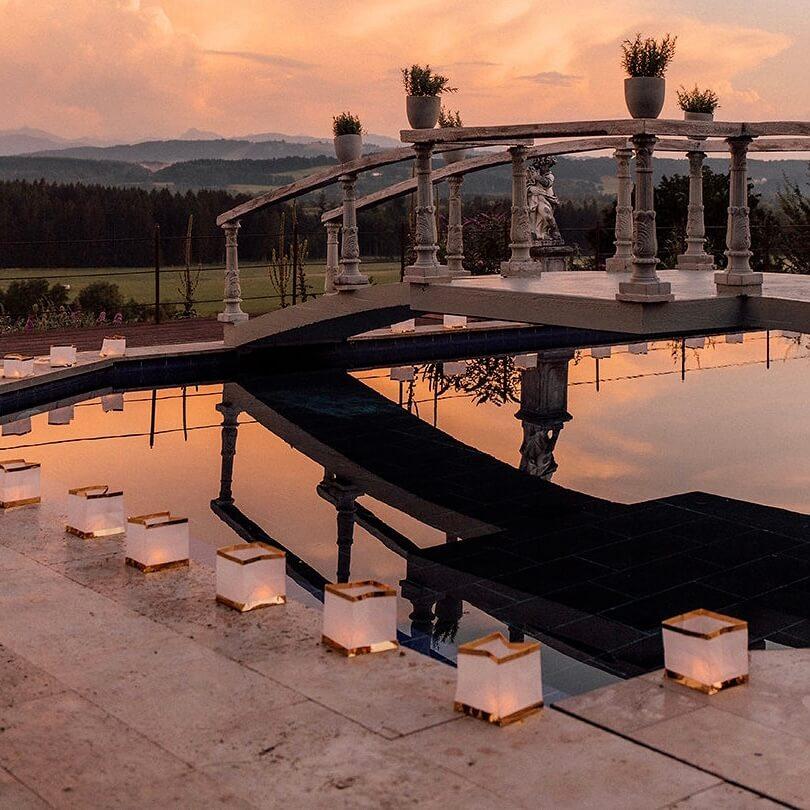 Hochzeit Pooldekoration mit Wasserlaternen im Sonnenuntergang