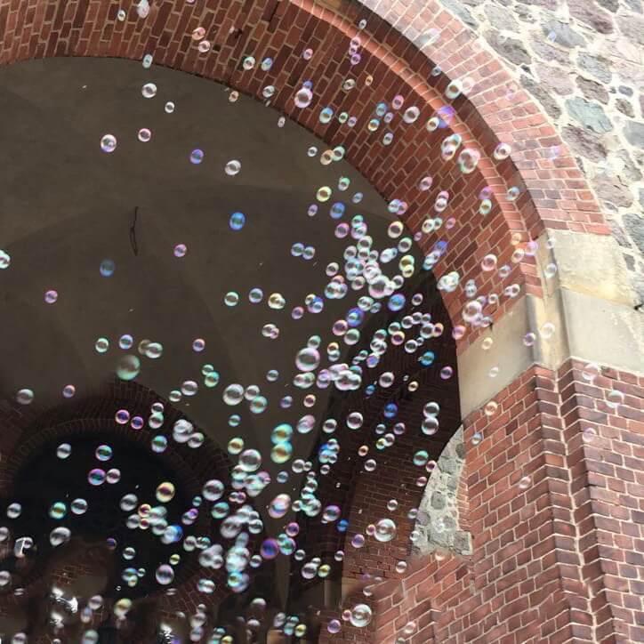 Seifenblasen vor der Kirche für Brautpaar