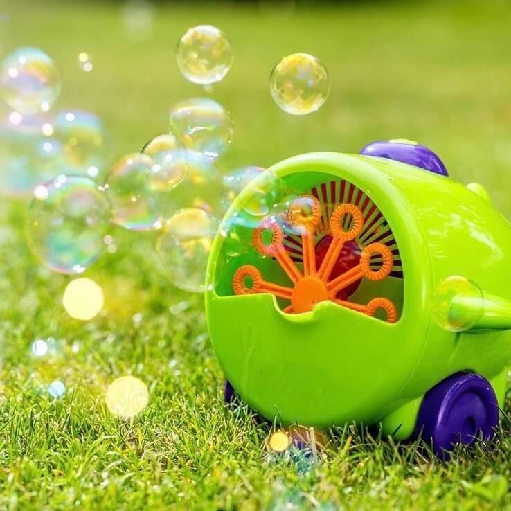 Seifenblasenmaschine auf Wiese