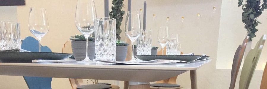 Scandi-Tisch mit Herzerlstühle