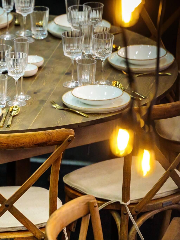 Runder Bankettisch aus Holz eingedeckt auf Hochzeit